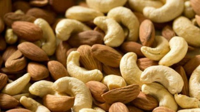 How to eat cashew nuts and almonds is raw or roasted. See its unique benefits/World Creativities